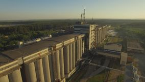 _ Malting εργοστάσιο Τεράστια σιλό για τα σιτάρια κριθαριού απόθεμα βίντεο