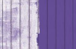 Malująca drewniana tło tapeta z purpury farbą zdjęcie stock