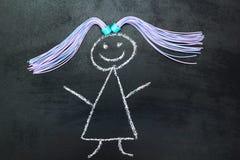 Malująca dziewczyna z pigtails na blackboard ilustracja wektor