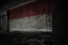 Malująca flaga Indonesia na brudnej starej ścianie w zaniechanym rujnującym domu fotografia stock