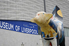 Malująca krowy rzeźba na Albert doku w Liverpool Merseyside Anglia Zdjęcie Stock