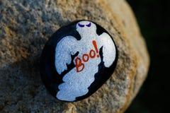 Malująca mała skała z Halloweenowym duchem Fotografia Royalty Free