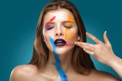 Malująca piękna kobiety twarz, artystyczna uzupełniał, ciała i twarzy sztuka, zakończenie up Wyraz twarzy, emocje zdjęcie royalty free