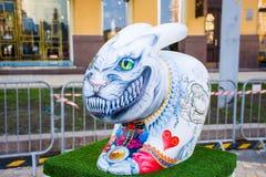 Malująca postać straszny, okropny, królik z dużymi ostrymi zębami i wspaniałym uśmiechem jako sztuki instalacja dla parady obrazy stock