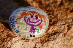 Malująca skała z dziewczyny mienia kwiatem, słowo i x22; share& x22; Fotografia Stock