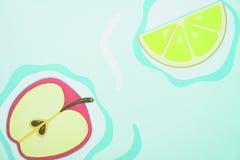 Malujący Apple i cytryna na zielonym tle obrazy stock