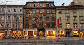 Malujący dom w dziejowym centrum miasta Graz przy zmierzchem, Austria fotografia stock