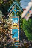 Malujący drewniani krzyże w sławnym Wesoło cmentarzu w Maramures, tamte cmentarz są unikalni w Rom Zdjęcie Royalty Free