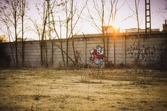 Malujący graffiti na zaniechanej ścianie Zdjęcia Royalty Free