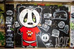 Malujący graffiti w zaniechanym fabrycznym budynku Obrazy Royalty Free