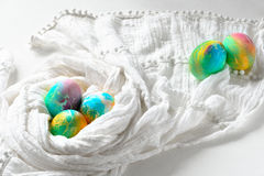 Malujący kolorowi tęczy Easter jajka na białym tle Obrazy Stock