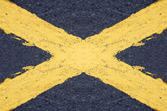 Malujący koloru żółtego krzyż Zdjęcie Stock