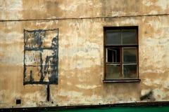 Malujący okno na starym obieraniu porzucał ścianę Obraz Stock