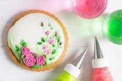 Malujący piernikowy ciastko z różami Odgórny widok obraz royalty free