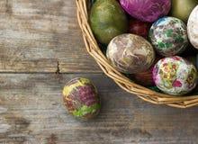 Malujący Wielkanocni jajka koszykowi na drewnianym tle obraz stock