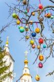 Malujący Wielkanocni jajka na gałąź Kościół w tle Fotografia Stock