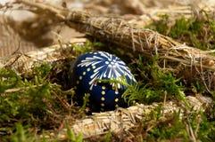 Malujący Wielkanocny jajko Fotografia Stock