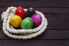 Malujący Wielkanocny jajko w arkanie na drewnianym tle zdjęcie stock