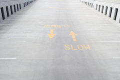 Malujący wolny znak z strzała na betonowej rampie Zdjęcia Stock