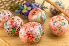 Malujący Wielkanocni jajka spada z kosza Obrazy Royalty Free