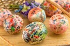 Malujący Wielkanocni jajka spada z kosza Obrazy Stock