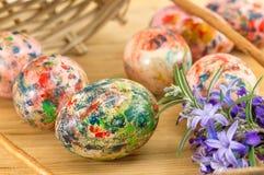 Malujący Wielkanocni jajka spada z kosza Fotografia Royalty Free