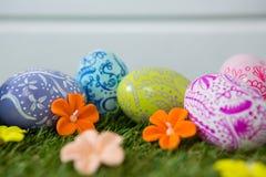 Malujący Wielkanocny jajko na trawie Zdjęcia Royalty Free