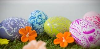 Malujący Wielkanocny jajko na trawie Fotografia Stock