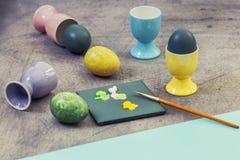 Malujący Wielkanocnych jajka w toku Obraz Royalty Free