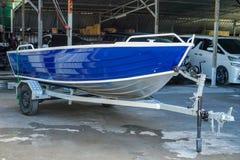 Maluje łódź w błękitnym i białym fotografia royalty free