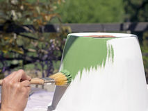 Maluje glinianego garnek i używa szklaka dekorować je Obraz Stock