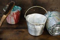 Maluje puszki lub farby wiadro na drewnianym tle Zdjęcie Royalty Free