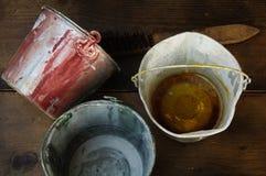 Maluje puszki lub farby wiadro na drewnianym tle Zdjęcia Stock