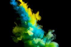 Maluje strumienia w wodzie, barwiona chmura, abstrakcjonistyczny tło, proces mieszać stubarwnego barwidło na czarnym tle obraz royalty free