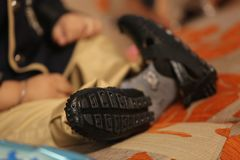 Malutcy cieki malutkich butów zdjęcia stock
