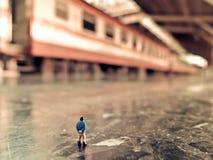 Malutcy miniaturowi ludzie i pociąg Fotografia Royalty Free