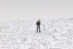 Malutka postać stoi blisko matematyki formuły Zdjęcia Stock