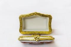 Malutki kolorowy biżuteryjny pudełko z złotem platted crimp w białym tle Makro- z niezwykle płytką głębią pole Zdjęcia Stock