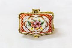 Malutki kolorowy biżuteryjny pudełko z złotem platted crimp w białym tle Makro- z niezwykle płytką głębią pole Obrazy Stock