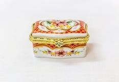 Malutki kolorowy biżuteryjny pudełko z złotem platted crimp w białym tle Makro- z niezwykle płytką głębią pole Zdjęcie Royalty Free