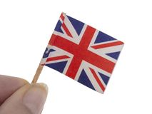 Malutki, powyginany i uszkadzający Union Jack, Zjednoczone Królestwo flaga w palcach, odizolowywających na białym tle obraz stock
