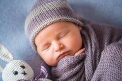 Malutki Sypialny Nowonarodzony dziecko zakrywający z bogatymi purpurami coloured opakunek obraz royalty free