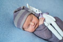 Malutki Sypialny Nowonarodzony dziecko zakrywający z bogatymi purpurami coloured opakunek zdjęcie stock