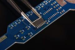 Malutki zintegrowany - obwód na pustej PCB desce zdjęcie royalty free