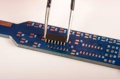 Malutki zintegrowany - obwód na pustej PCB desce zdjęcia stock