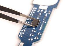 Malutki zintegrowany - obwód na pustej PCB desce fotografia stock