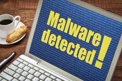 Malware a détecté l'alerte sur l'écran d'ordinateur portable image stock