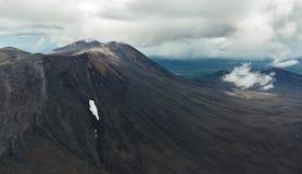 Maly Semyachik is een stratovolcano Kronotskynatuurreservaat op het Schiereiland van Kamchatka royalty-vrije stock afbeeldingen