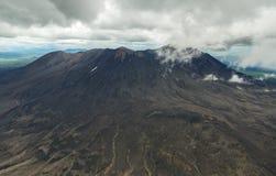 Maly Semyachik is een stratovolcano Kronotskynatuurreservaat op het Schiereiland van Kamchatka stock afbeeldingen