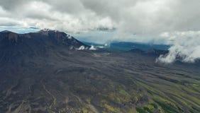 Maly Semyachik is een stratovolcano Kronotskynatuurreservaat op het Schiereiland van Kamchatka royalty-vrije stock foto's